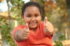 девушка показывая твен больших пальцев руки вверх стоковые фото