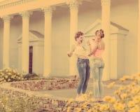 Девушка показывая лучший друг груди Стоковое Изображение
