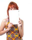 Девушка покрывает ее сторону с пустой карточкой Только глаза появляются Стоковые Фотографии RF
