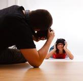 девушка пола кладя принимать фотографа фото стоковое изображение