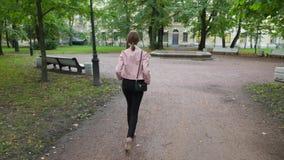 Девушка полнометражного портрета стильная ультрамодная нося высокие пятки акции видеоматериалы