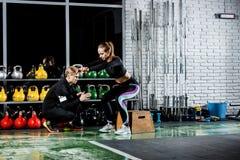 Девушка получает готовой для тренировки с тренером Стоковые Фотографии RF