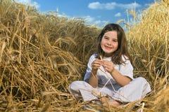 девушка поля меньшяя пшеница стоковая фотография rf
