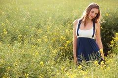 девушка поля милая Стоковые Фото