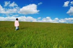девушка поля травянистая немногая Стоковое Фото