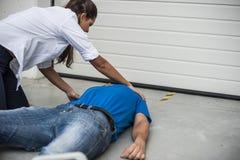 Девушка помогая обморочному человеку стоковые изображения rf