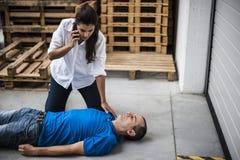 Девушка помогая обморочному человеку Стоковое Фото