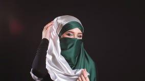 Девушка портрета красивая мусульманская в hijab смотря в камере акции видеоматериалы