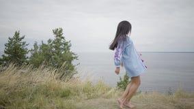 Девушка портрета милая уверенная беспечальная Афро-американская наслаждаясь танцевать на предпосылке озера или реки r сток-видео