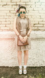 Девушка портрета молодая активная битника outdoors в солнечных очках Стоковые Фото