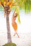 Девушка портрета молодая красивая ослабляя на пляже Усмехаясь трата женщины охлаждает остров Бали времени внешний Сезон лета Стоковое Изображение RF