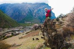 Девушка портрета молодая милая нося красные горы Himalays куртки Точка зрения утра природы Азии Гора Trekking, взгляд Стоковая Фотография
