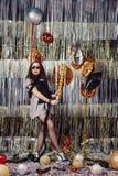 Девушка портрета наслаждаясь партией и confetti стоковая фотография