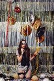 Девушка портрета наслаждаясь партией и confetti стоковые фото