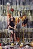 Девушка портрета наслаждаясь партией и confetti стоковое изображение
