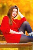 Девушка портрета ослабляя на стенде в осеннем парке Стоковое Фото