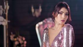 Девушка портрета привлекательная молодая кавказская с идеальной кожей и выравнивать кресло макияжа винтажное акции видеоматериалы