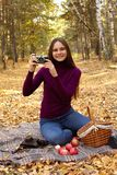 Девушка портрета с винтажной камерой стоковое изображение rf