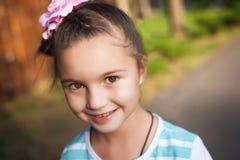 Девушка портрета с смычком в парке Стоковые Фотографии RF