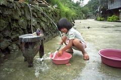 Девушка портрета филиппинская, играя с водой стоковые фото