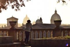 Девушка посещая Рим стоковое изображение rf