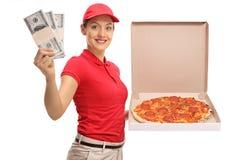 Девушка поставки пиццы с пачками денег и коробки пиццы Стоковое фото RF