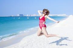 Девушка, потеха, пляж Делите дух лета Стоковое Фото