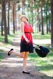 девушка потехи имея детенышей парка Стоковые Фото