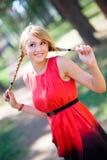 девушка потехи имея детенышей парка Стоковое Фото