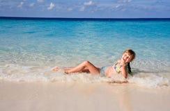 девушка потехи пляжа имея Стоковые Изображения