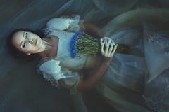Девушка потоплена под водой стоковое фото