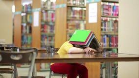 Девушка похороненная под стогом книги сток-видео