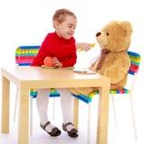 Девушка подавая медведь Стоковая Фотография RF