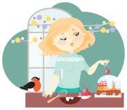 Девушка подготавливает праздничный торт Стоковое Фото