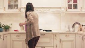 Девушка подготавливая еду в кухне Промежуток времени видеоматериал