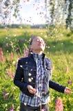 Девушка под лепестками цветка Стоковые Фотографии RF