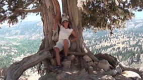 Девушка под деревом желания развевая ее рука видеоматериал