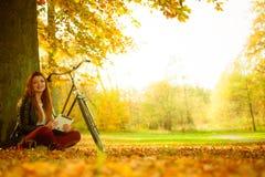 Девушка под деревом с велосипедом Стоковые Изображения