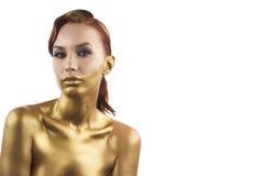 Девушка подкрашиванная в золоте, изолированном на белой предпосылке Стоковое Изображение