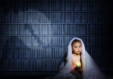 Девушка под крышками с электрофонарем Стоковое Изображение