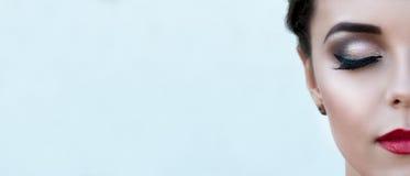 Девушка половинной стороны красивая с составом при закрытые изолированные глаза, стоковые фото