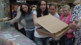 Девушка положила красочные донуты на таблицу в торговый центр для людей справедливо акции видеоматериалы