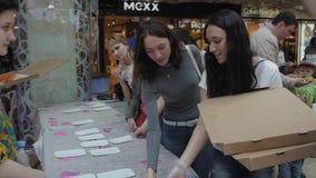 Девушка положила красочные донуты на таблицу для людей справедливо разбивочная нутряная покупка мола Десерт видеоматериал