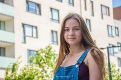 Девушка подростка в городе лета Стоковая Фотография RF