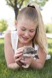 Девушка подростка держа ежа любимчика снаружи стоковое фото rf
