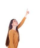 Девушка подростка 16 лет показывающ что-то Стоковые Изображения