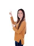 Девушка подростка 16 лет показывающ что-то Стоковая Фотография