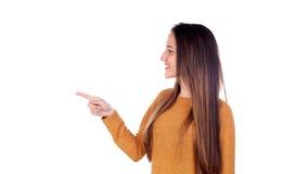 Девушка подростка 16 лет показывающ что-то Стоковая Фотография RF