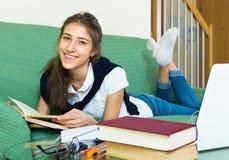 Девушка подростка делая домашнюю работу Стоковые Фотографии RF