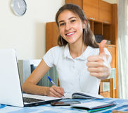 Девушка подростка делая домашнюю работу Стоковое Фото